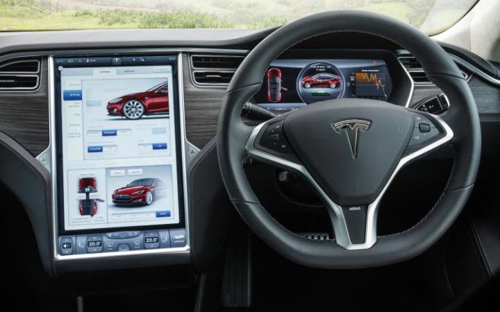 """L'abitacolo di un modello Tesla che dispone della funzione """"pilota automatico"""""""