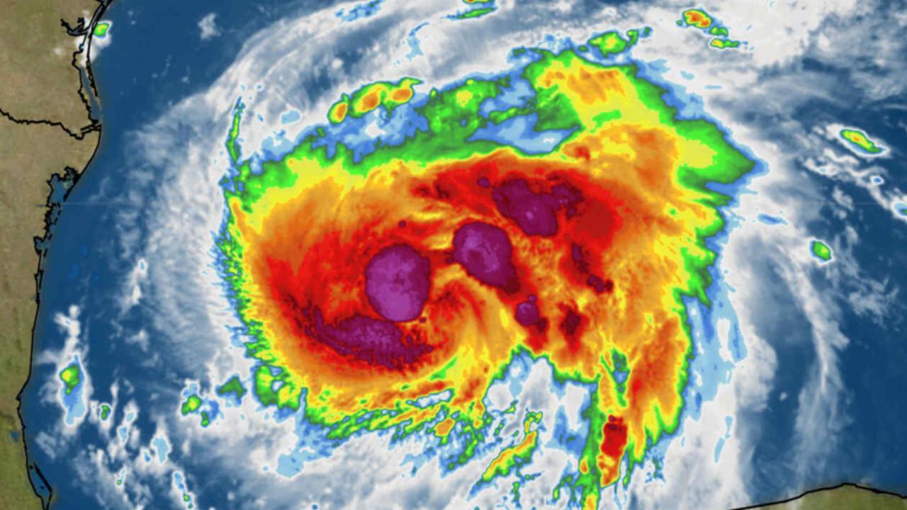 L'uragano Harvey sul monitor di una stazione meteorologica