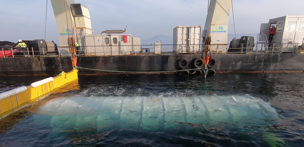 Il modulo viene calato in mare. Fonte: blog ufficiale Microsoft.