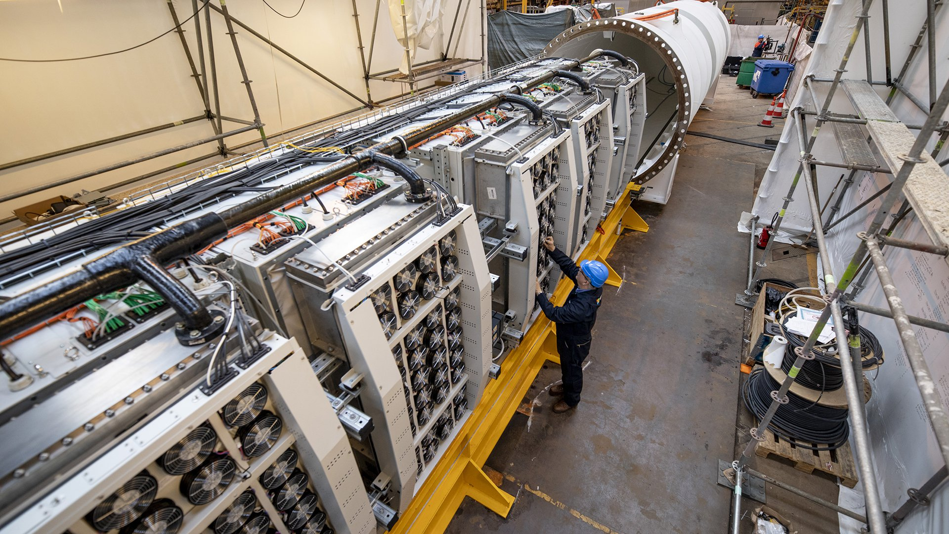 I rack stanno per essere inseriti nel modulo sottomarino. Il container è stato assemblato in uno stabilimento della Naval Group (Francia). Fonte: blog ufficiale Microsoft.